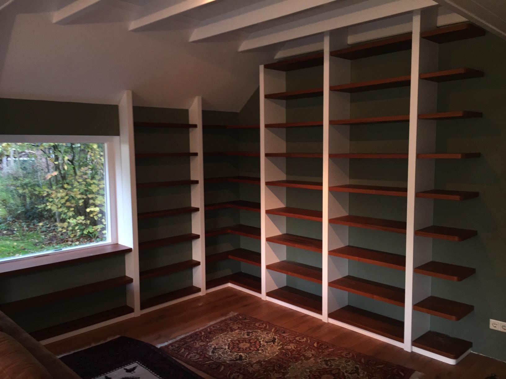 Boekenkast met Mdf staanders en teak legplankenZaal Meubelfabriek